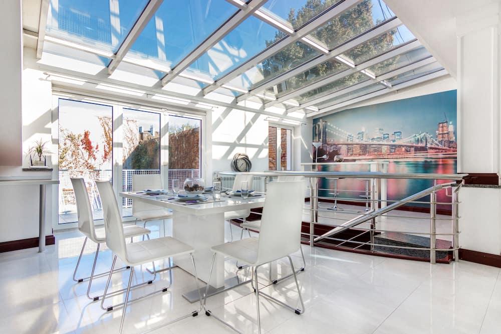 Luxury Two-Bedroom Apartment with Balcony - Wyżywienie w pokoju
