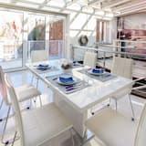 Luxury Two-Bedroom Apartment with Balcony - Salon