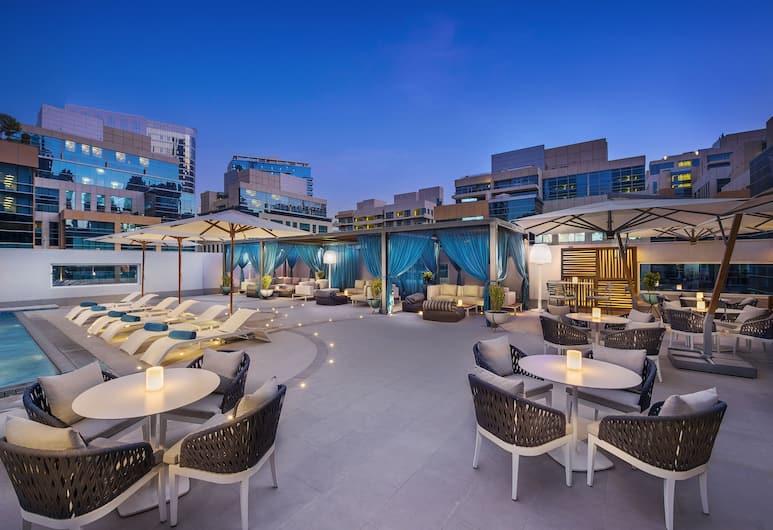 DoubleTree by Hilton Dubai - Business Bay, Dubajus, Baras prie baseino