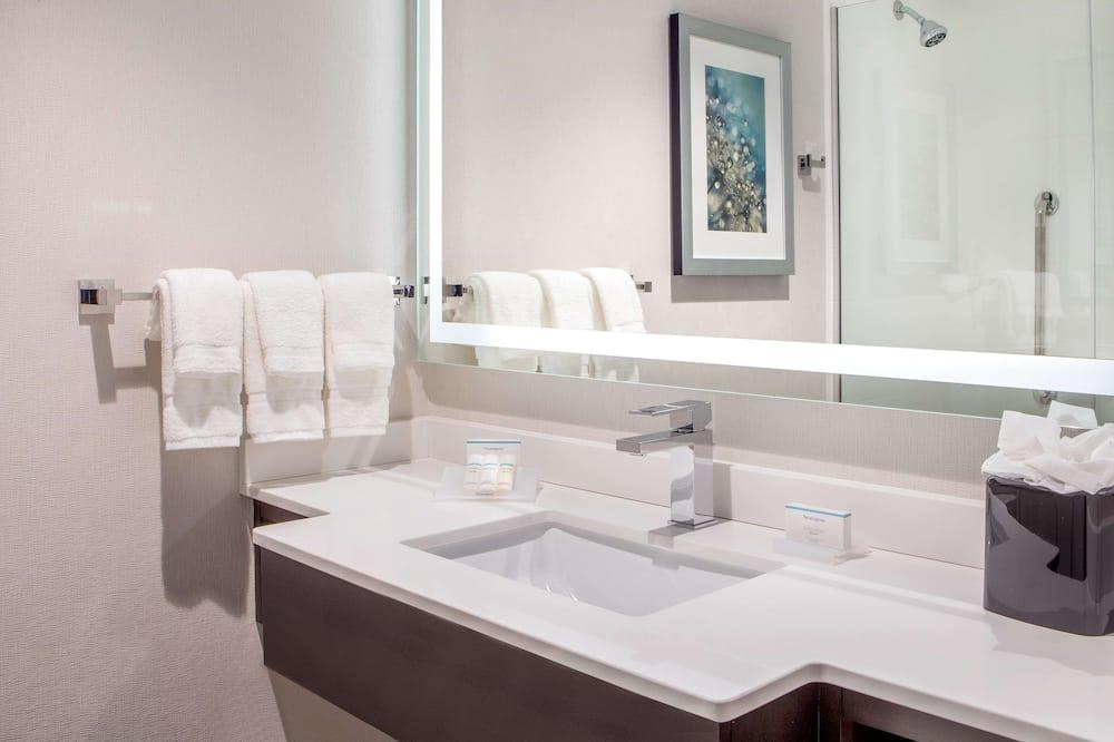 Chambre, 2 lits doubles, accessible aux personnes à mobilité réduite, baignoire (Mobility & Hearing) - Salle de bain