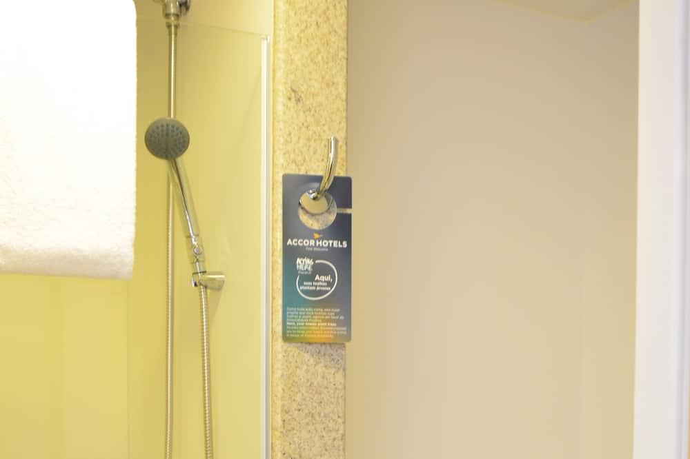 Standard Triple Room, 2 Twin Beds - Bathroom