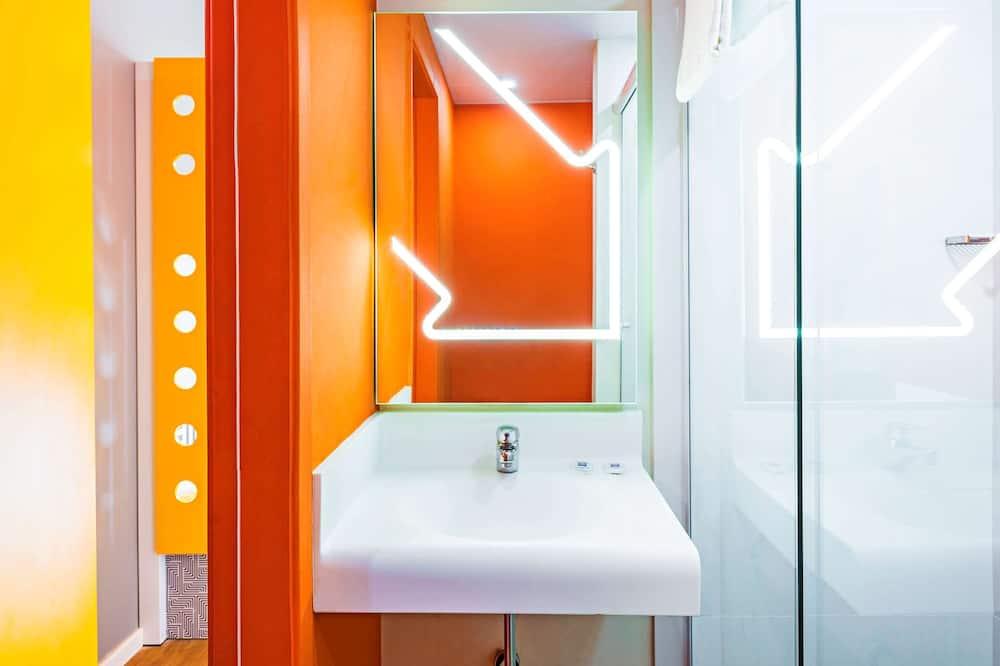 Стандартный двухместный номер с 1 двуспальной кроватью, Несколько кроватей - Ванная комната