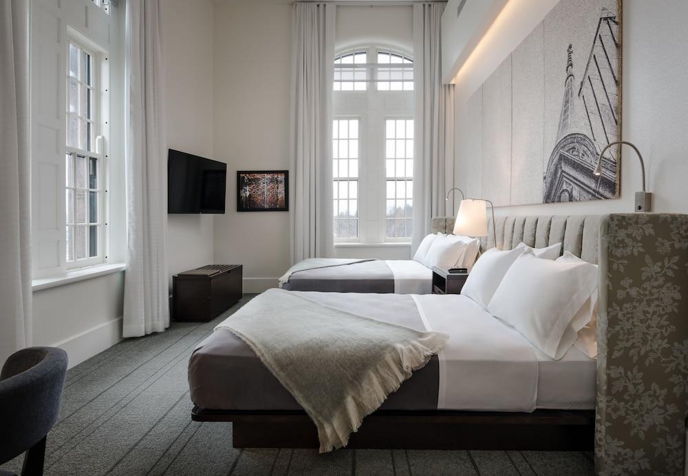 Hotel Henry Urban Resort Buffalo Queen Guest Room