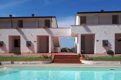 厄爾巴島度假公寓泳池及網球場/