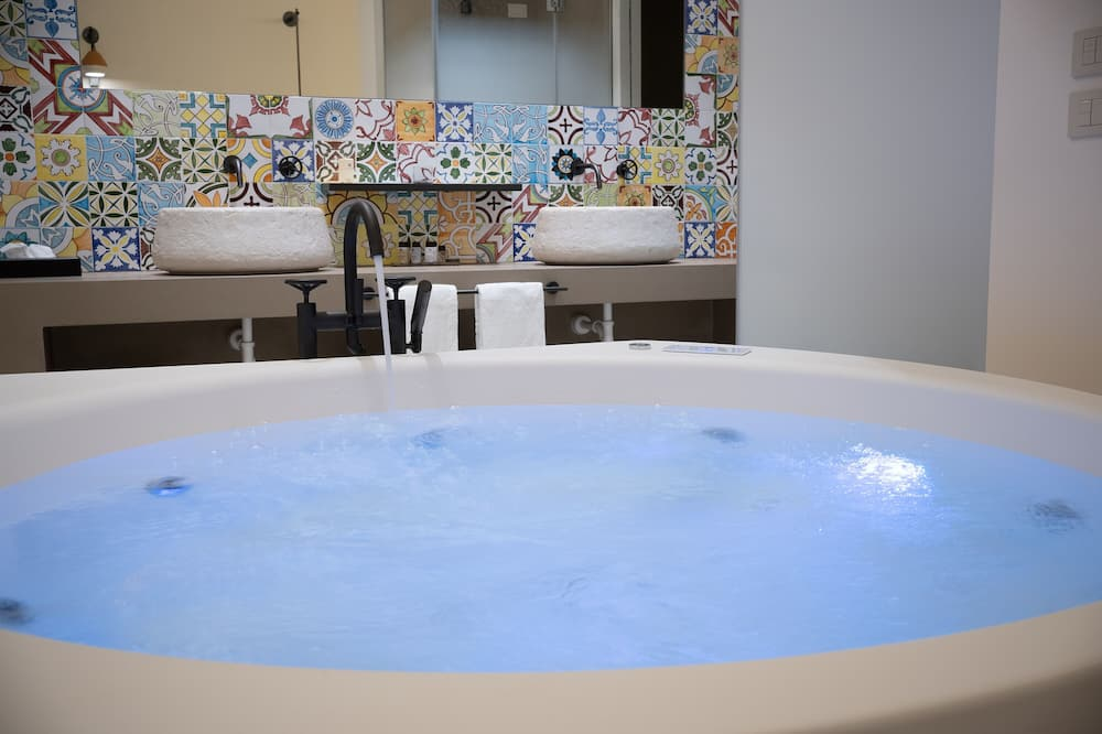 Deluxe Suite, Hot Tub, Ground Floor - Private spa tub