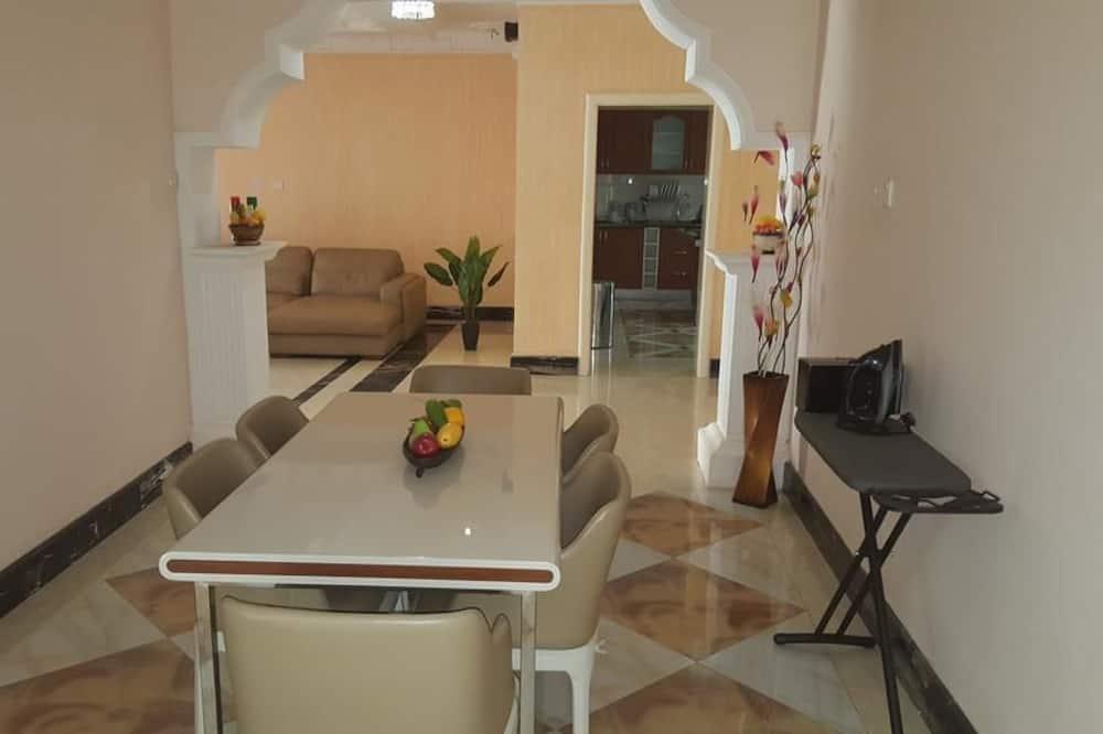 شقة ذات طابع رومانسي - غرفتا نوم - منظر للمدينة - تناول الطعام داخل الغرفة