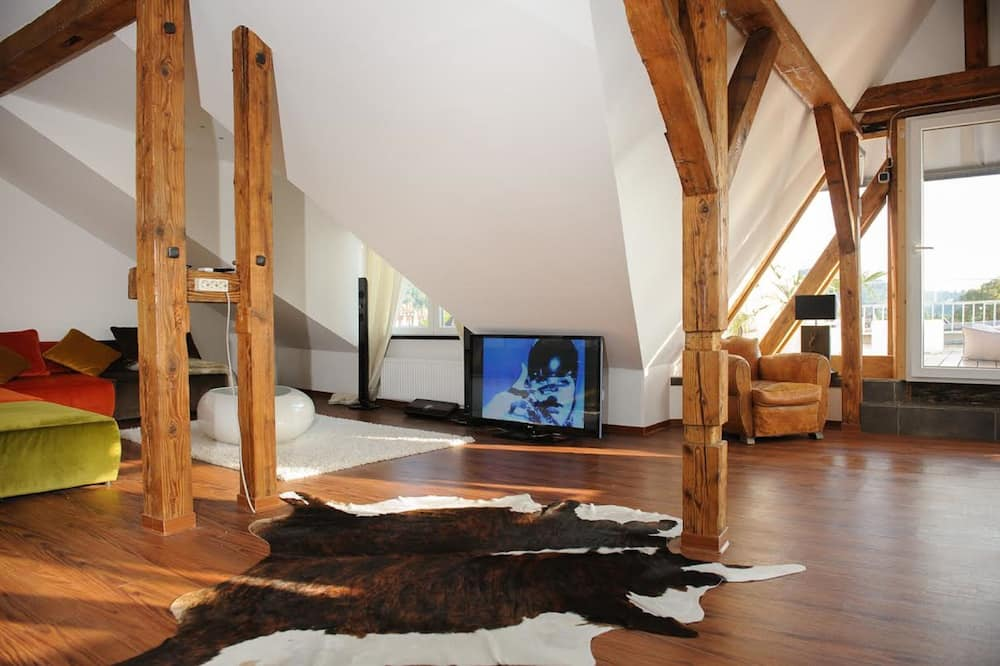 Paaugstināta komforta mansarda numurs, viena guļamistaba, skats uz pilsētu, darījumklases stāvs - Dzīvojamā istaba
