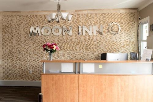 โรงแรมมูนอินน์/