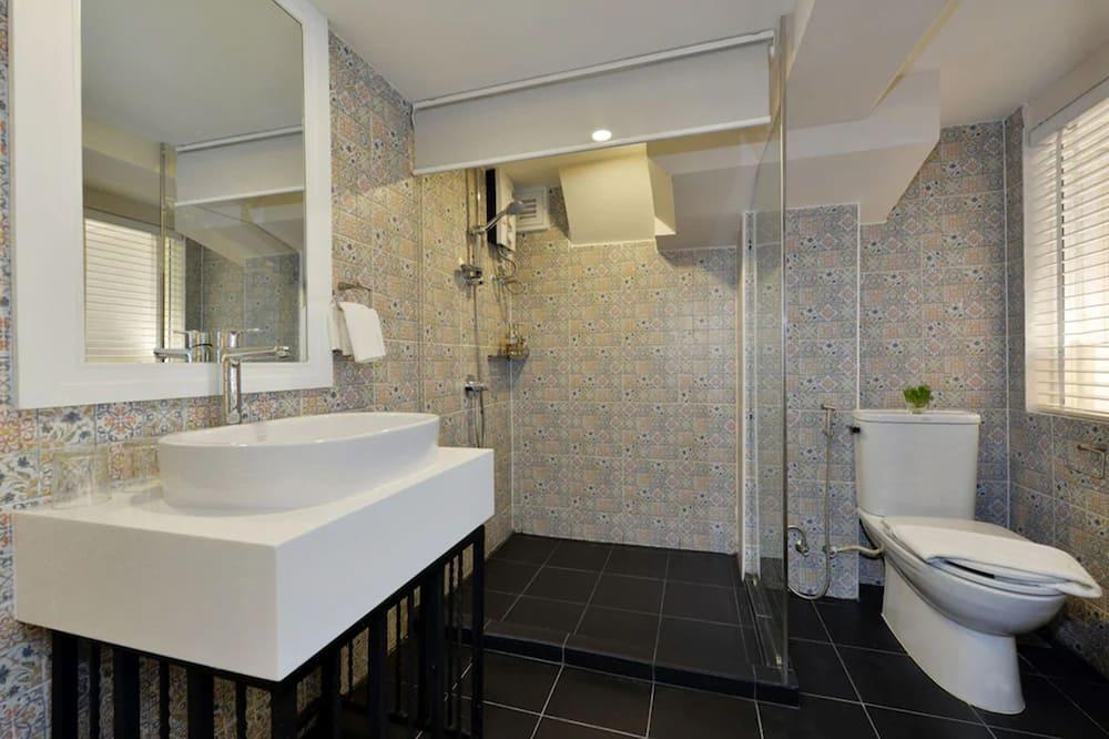 Deluxe Triple Room (Room Only) - Bathroom