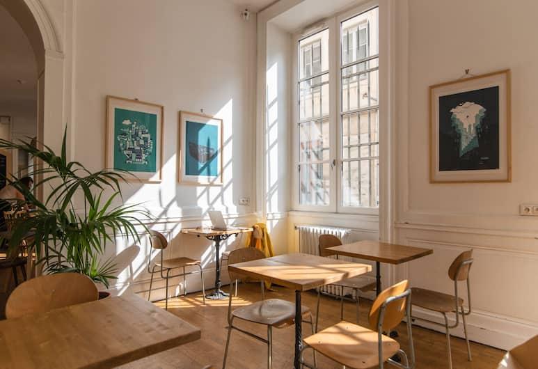 Away Hostel & Coffee Shop, Lyon, Reception