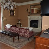 Luxury Suite, 1 King Bed, Jetted Tub, Garden View - Living Area