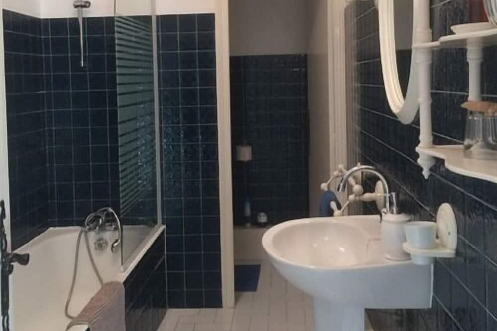 Premium Double Room, Ensuite, Garden View (Large Room ) - Bathroom