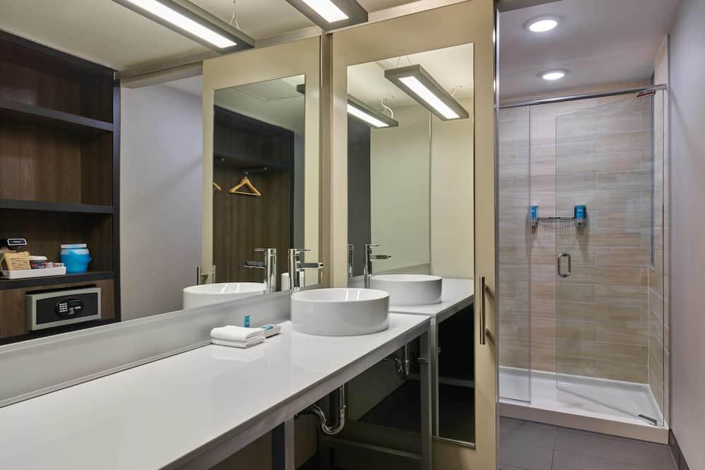Suite, 1 King Bed, Non Smoking, Corner - Bathroom