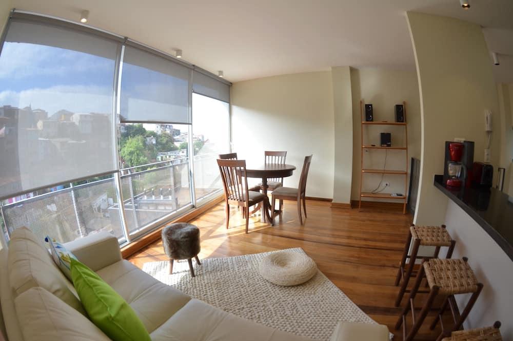 Dvojposchodový apartmán typu Deluxe, 2 spálne, kuchyňa, výhľad na zátoku (A2) - Obývačka