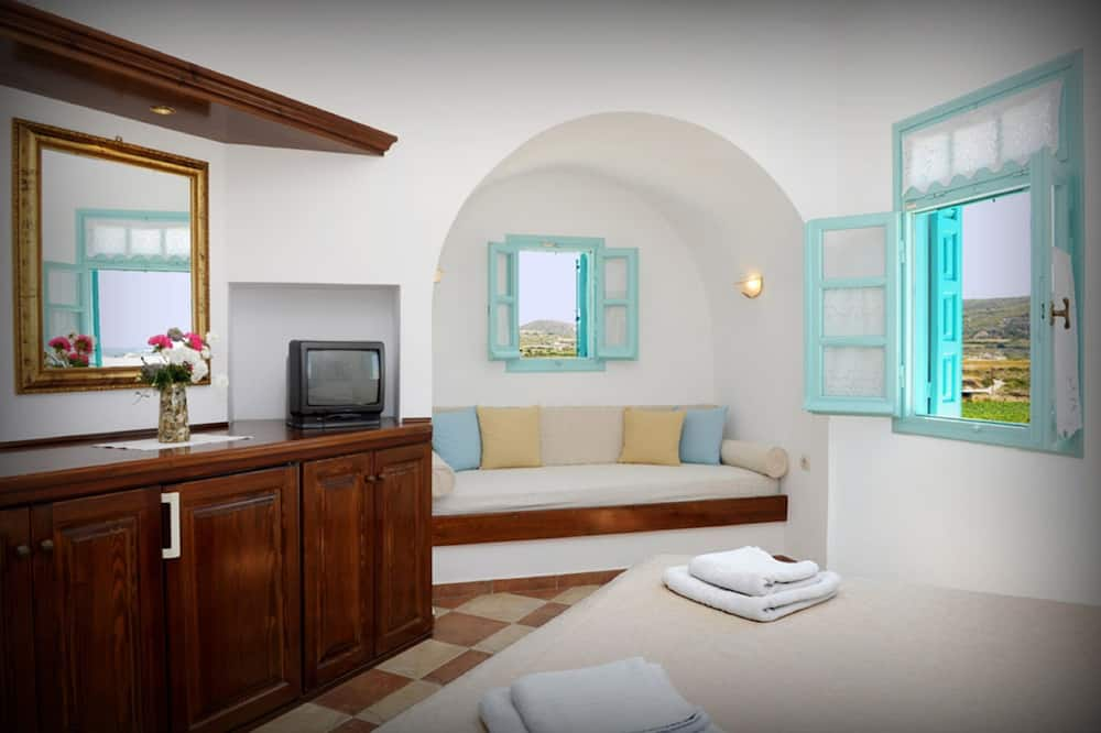 Classic Triple Room, Sea View - Living Room