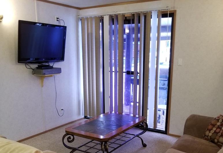 Christina Lake Lodge, Conklin, Basic Cabin, 3 Bedrooms (09), Living Room
