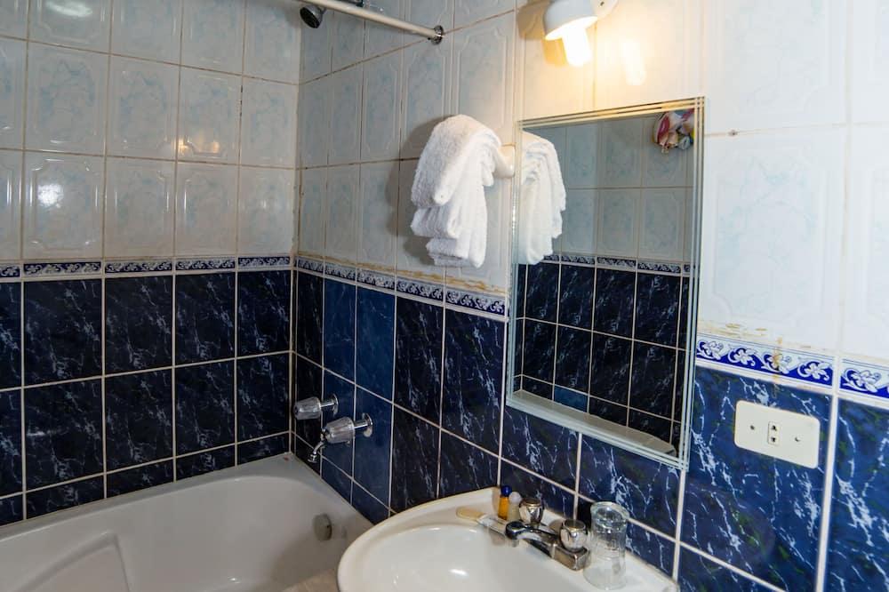 غرفة اقتصادية بسريرين فرديين - سريران فرديان منفصلان - بحمام مشترك - حمّام