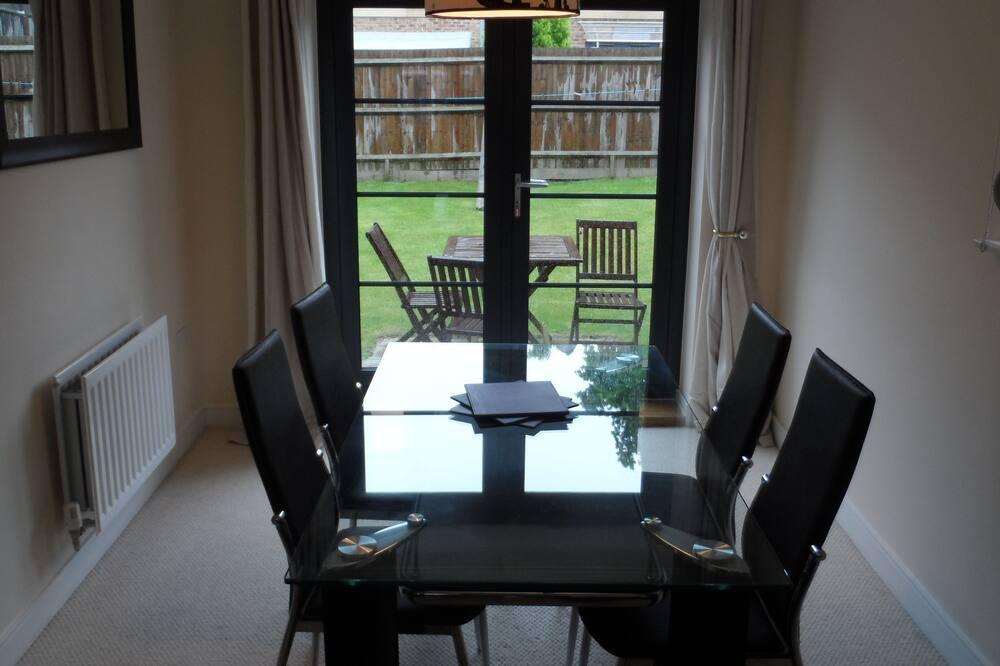 Standard Apartment, 3 Bedrooms, 2 Bathrooms - In-Room Dining