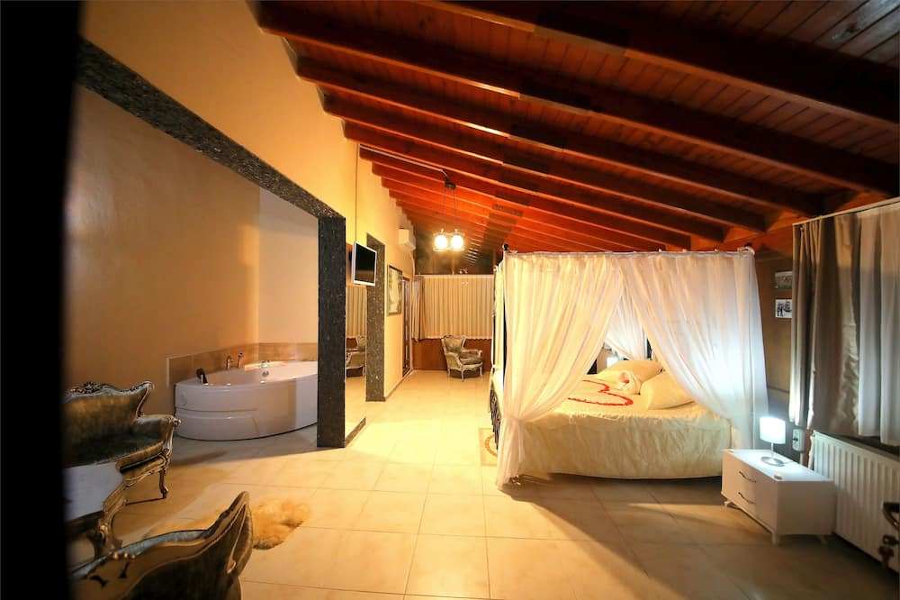 Grand Suite, 1 Queen Bed, Jetted Tub, Courtyard View - Guest Room View