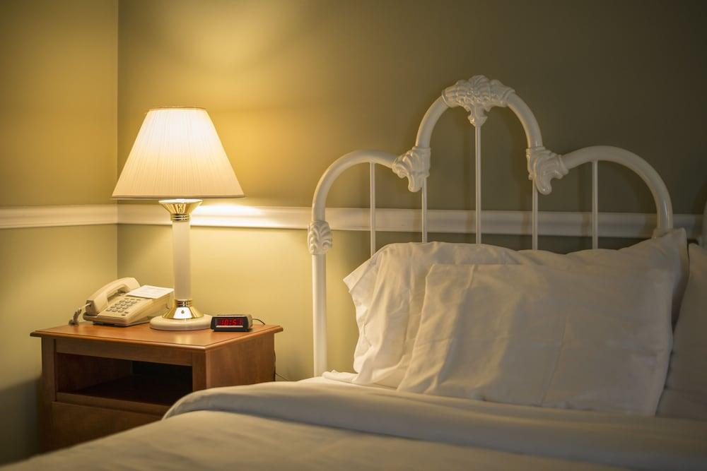 Sugarcreek Village Inn, Sugarcreek, Lodge, 1 King Bed, Guest Room