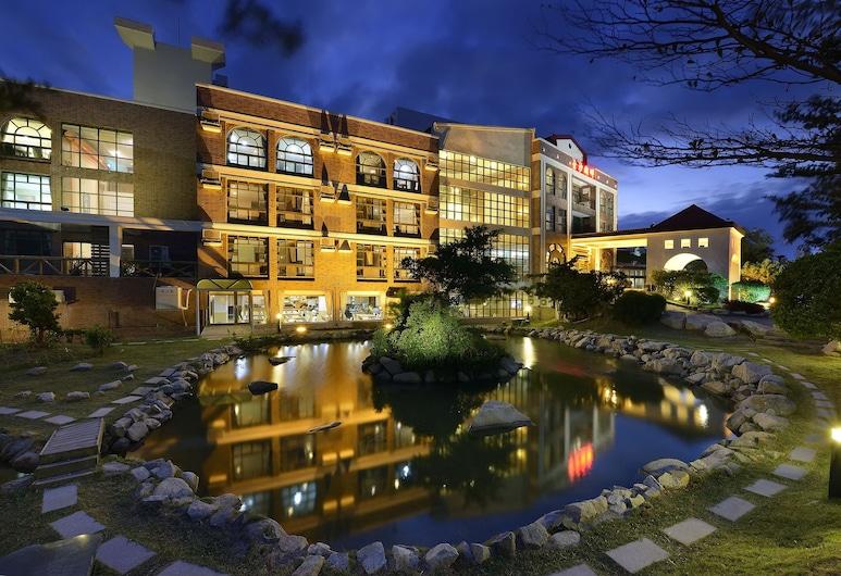 JINSA LAKESIDE VIEW RESORT, Jinsha, Hotellets facade - aften/nat