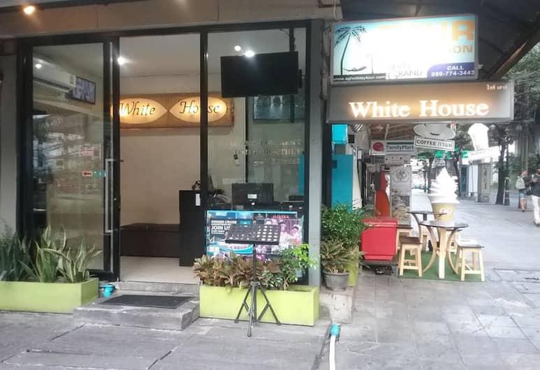 화이트 하우스 아소케 수쿰윗 18, 방콕, 호텔 입구