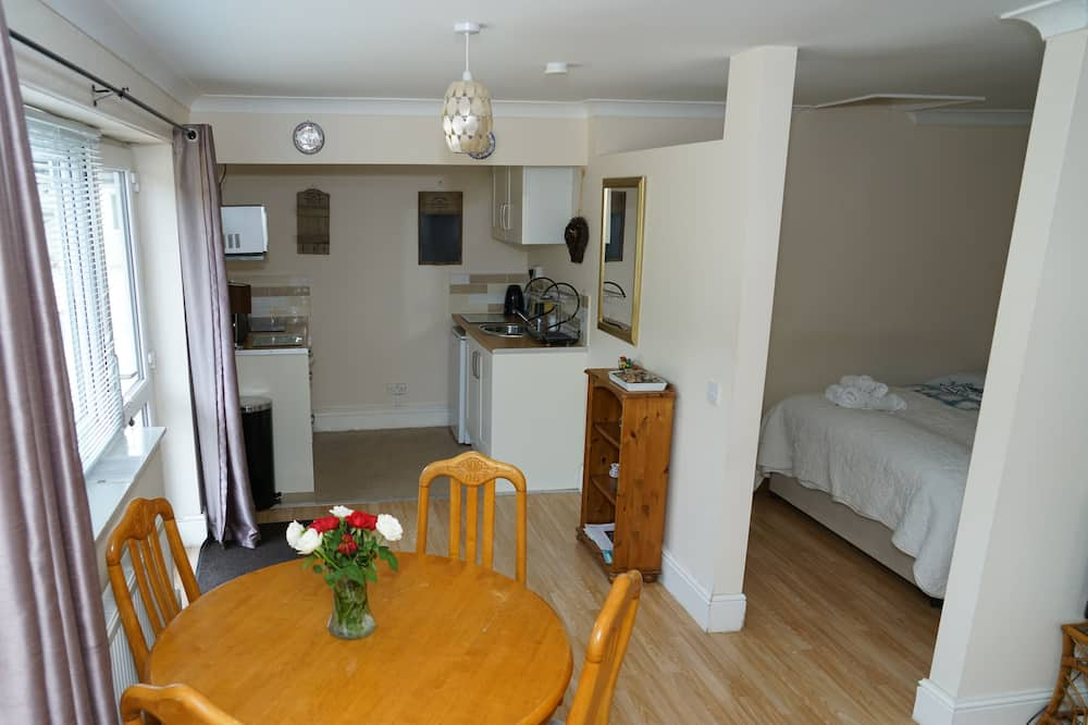 Family Studio, 1 King Bed, Accessible, Garden View - Living Area