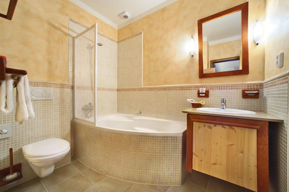 Honeymoon Suite, 1 Bedroom, Kitchen (1 Attic Castle View) - Bathroom