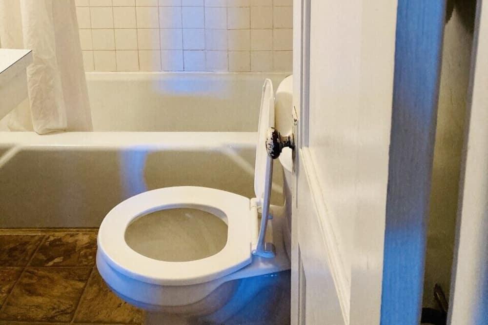 Standard Double Room, 2 Queen Beds - Bathroom