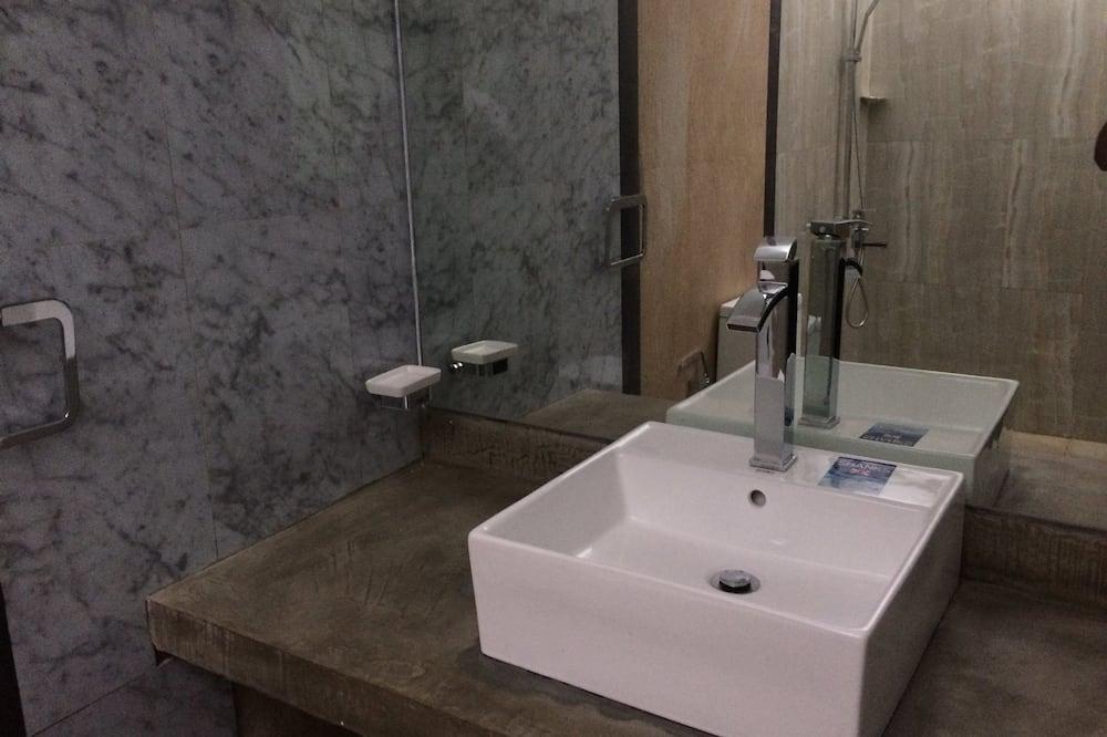 Luxusní pokoj, dvojlůžko (180 cm), výhled do parku, v zahradě - Koupelna
