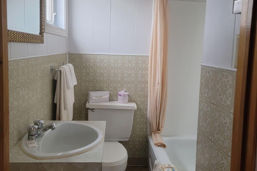 Economy Room, 1 Double Bed - Bathroom
