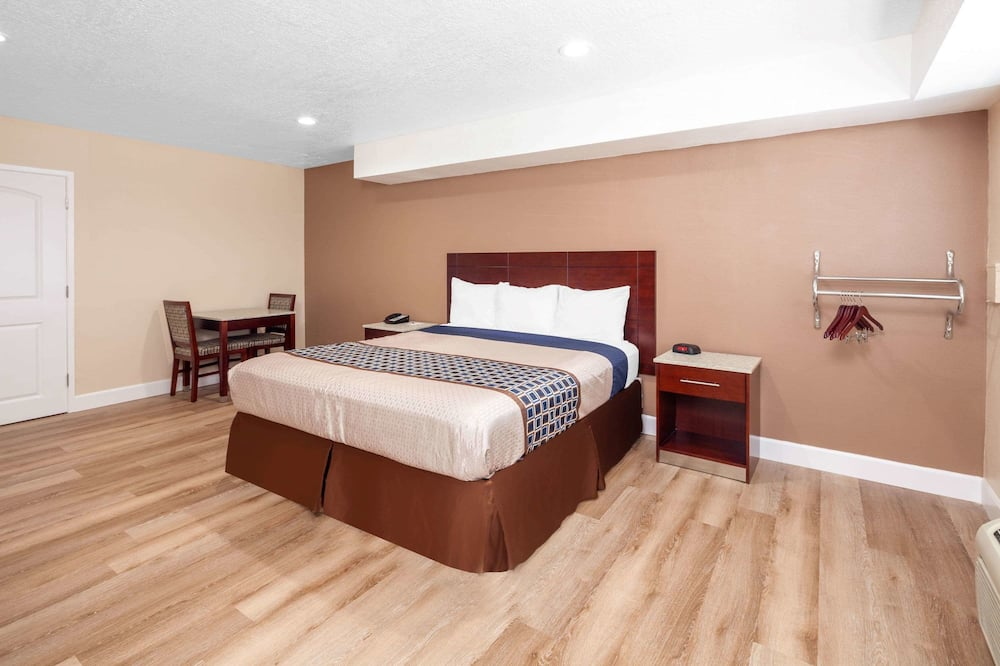 Zimmer, 1King-Bett, barrierefrei, Nichtraucher (Mobility/Hearing/ Roll-In Shower) - Zimmer