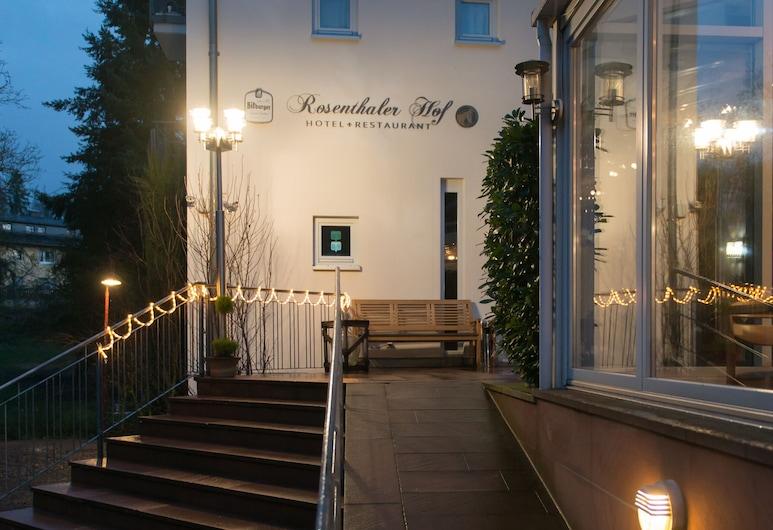 Rosenthaler Hof Hotel, Kerzenheim, Entrada del hotel (tarde o noche)