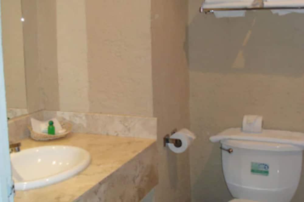 Standartinio tipo kambarys, 2 standartinės dvigulės lovos - Vonios kambarys