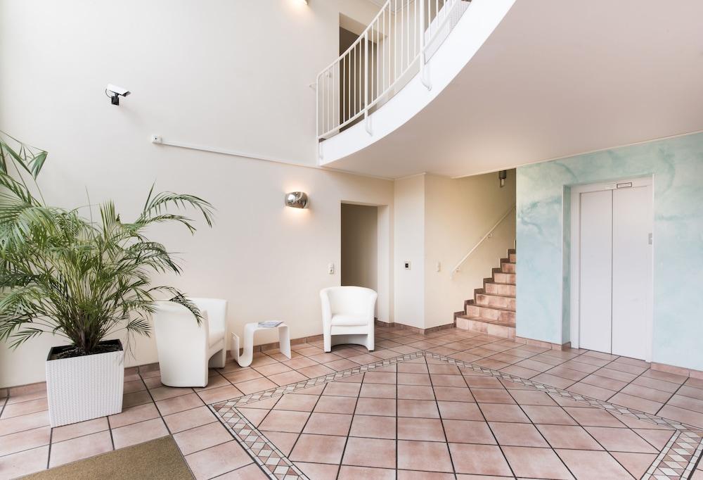 Parkside Apartment House, Duesseldorf, Interior Entrance