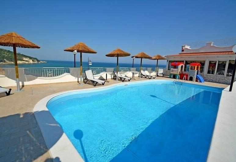 愛情魔咒飯店, 佩斯基奇, 室外游泳池