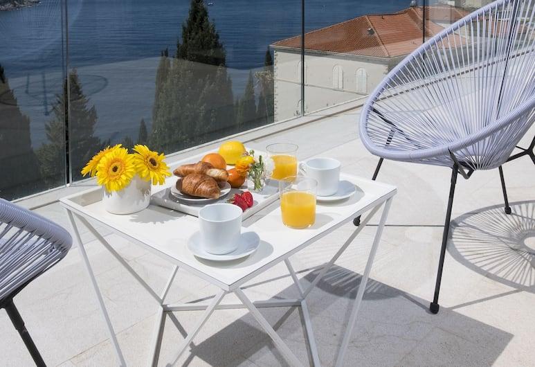 Villa Casa Bianca, Dubrovnikas,  Exclusive Three Bedroom Apartment with Sea view and Balcony , Terasa / vidinis kiemas