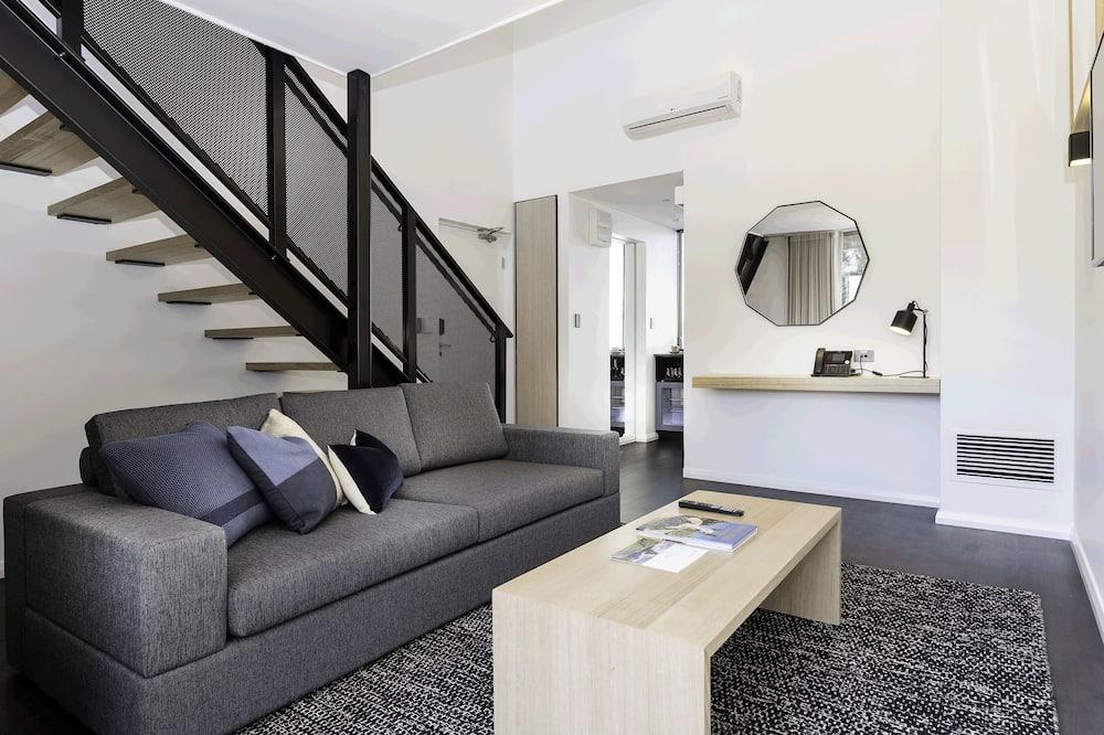 Номер-люкс із покращеним обслуговуванням, 1 ліжко «кінг-сайз», з балконом, з видом на річку - Вітальня