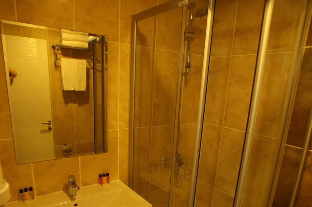 Economy Double Room, No Windows - Bathroom