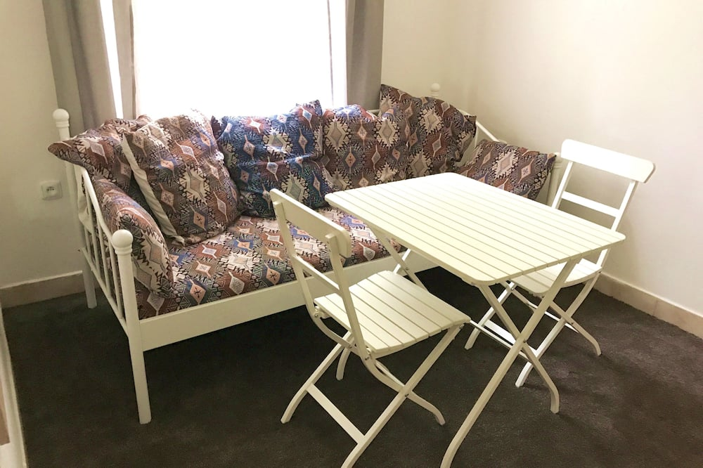Apartemen Standar (Room 5) - Tempat Makan Di Kamar