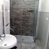 Perhehuone, 2 keskisuurta parisänkyä, Oma kylpyhuone - Kylpyhuone