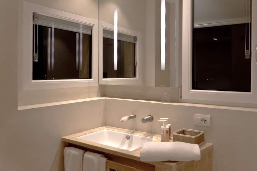 Panoramic Triple Room, 1 Queen Bed with Sofa bed, Bathtub, Park View (3°Floor NO ELEVATOR) - Bathroom