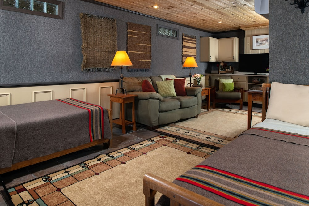 Chalet, 3 Bedrooms, Fireplace, River View (Full Chalet Rental) - Living Area