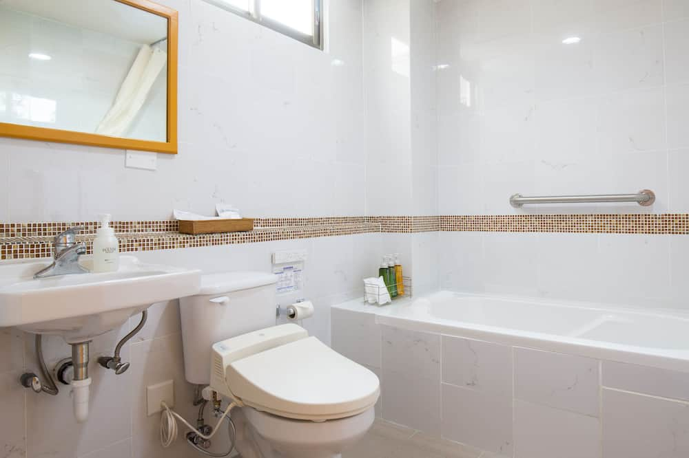 Superior Twin Room (with Complementary Airport Shuttle Services) - Bathroom