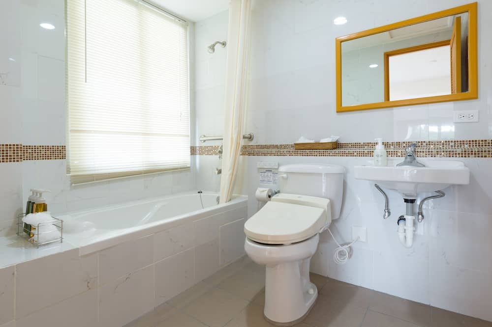 Deluxe Triple Room (with Complementary Airport Shuttle Services) - Bathroom