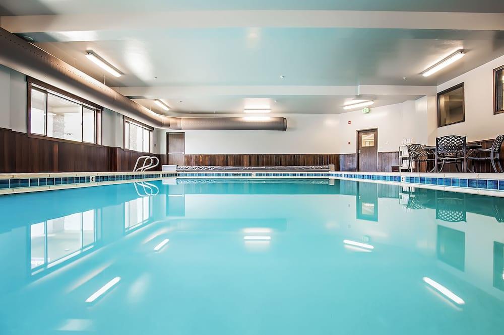حمّام سباحة داخلي