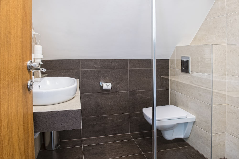 Classic Triple Room, Multiple Beds - Bathroom