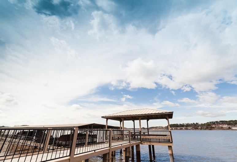 """the Bayliner"" Lake Hamilton Condo: 2br/2ba. Sleeps 6. Pool. Covered Boat Slip!, Hotspringsa"