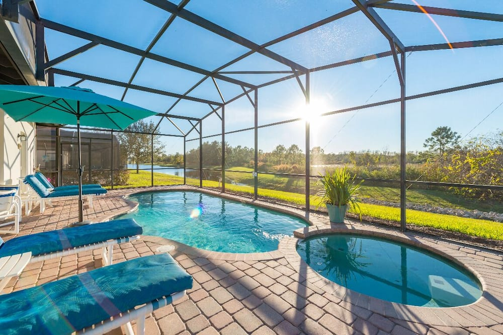 Disney/Orlando area.Only 6miles from Disney.Walk to restaurants and shopping