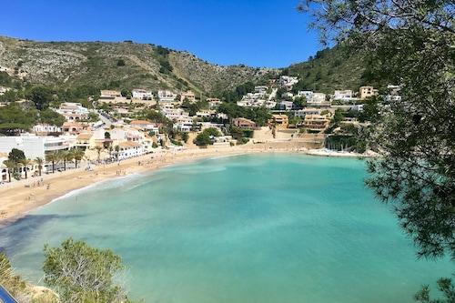 素晴らしい海の景色を望むマリーナを見下ろすフロントラインモライラアパートメント